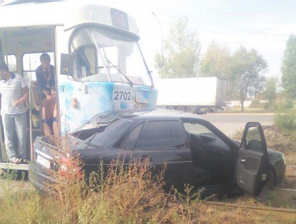 Трамвай въехал в легковую машину вВолгограде