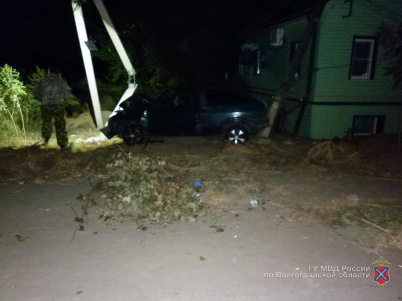 ВВолгоградской области нетрезвый шофёр на«Ладе» протаранил два столба