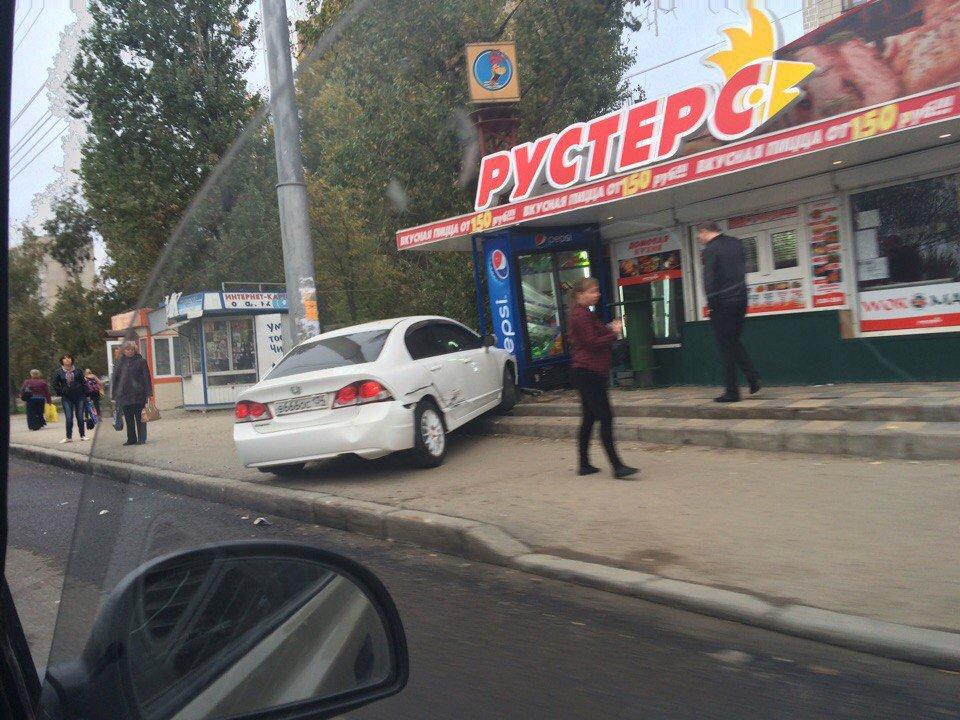Наюге Волгограда шофёр чуть невыехал наостановку спассажирами
