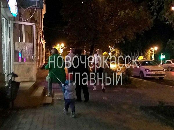 Вцентре Новочеркасска женщина выгуливала ребенка наповодке