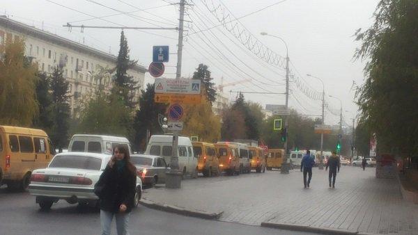 Проспект Ленина вВолгограде парализован из-за дорожно-траспортного происшествия вВорошиловском районе