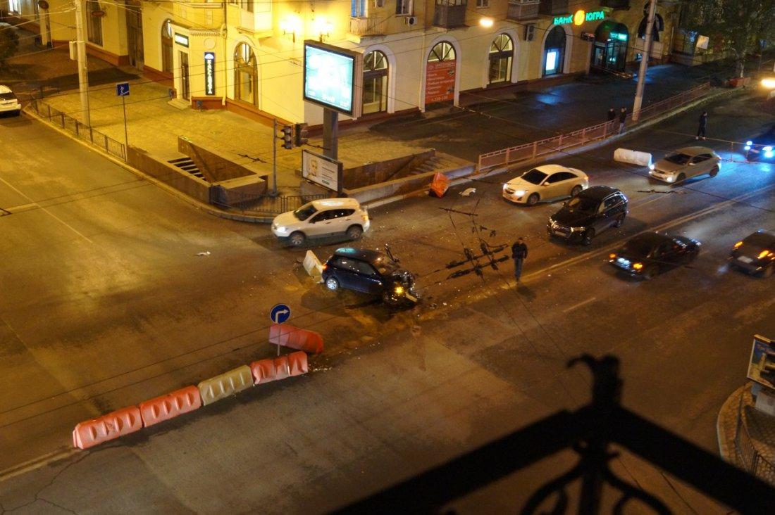 ВВолгограде уКомсомольского моста разбилась иностранная машина Шкода Fabia