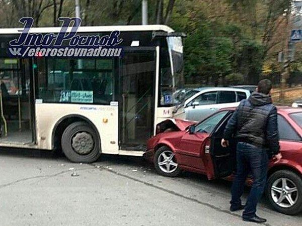 ВРостове наЗападном лоб влоб столкнулись «Ауди» иавтобус