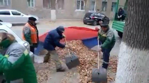 ВВолгограде наказали дворников, собиравших листву вофлаг, иих руководство