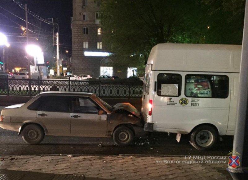 Шофёр «ВАЗа» вцентре Волгограда врезался вприпаркованную маршрутку