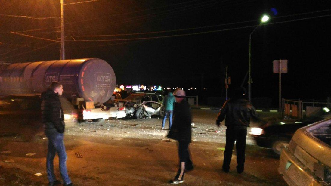 ВВолгограде легковушка налетела набензовоз: умер 1 человек