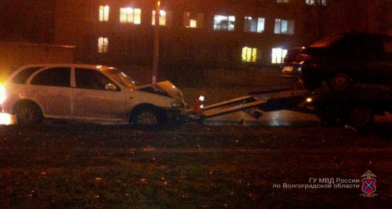 ВВолгограде иностранная машина протаранила эвакуатор ипереехала водителя