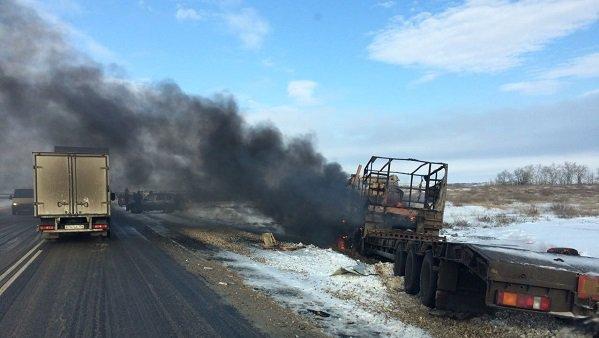 Под Волгоградом натрассе после трагедии загорелись «МАЗ» и«Киа»