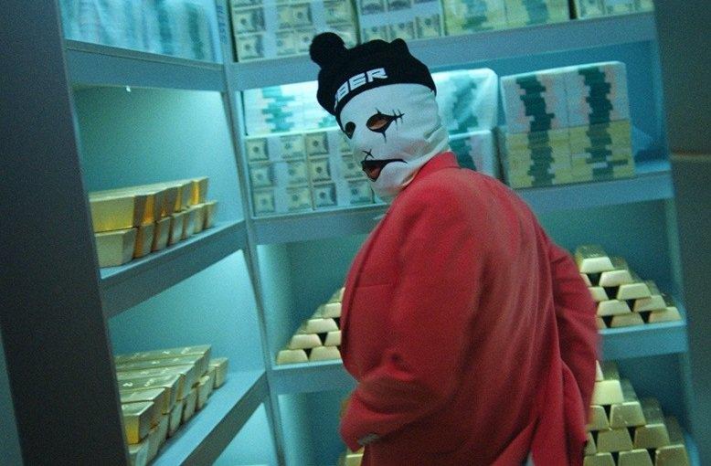 ВАстрахани женщина вмаске пробовала ограбить банк