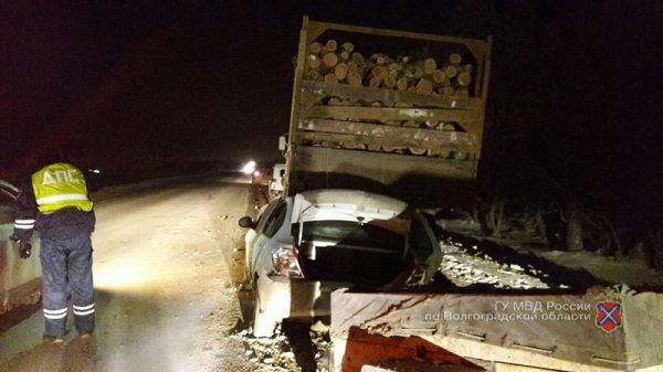 ВВолгограде иностранная машина протаранила стоящий «Камаз»