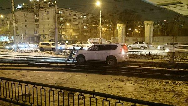 Вцентре Волгограда джип застрял натрамвайных путях