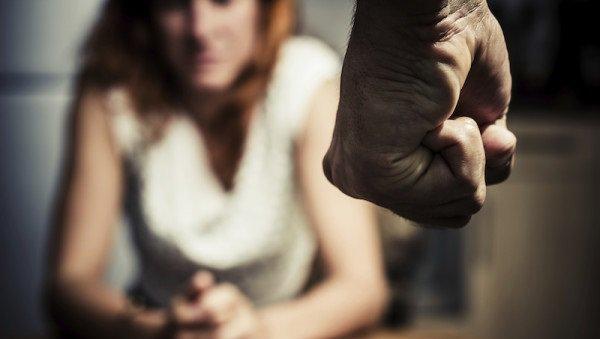 Гражданин Светлого Яра изревности переломал кости 33-летней приятельнице