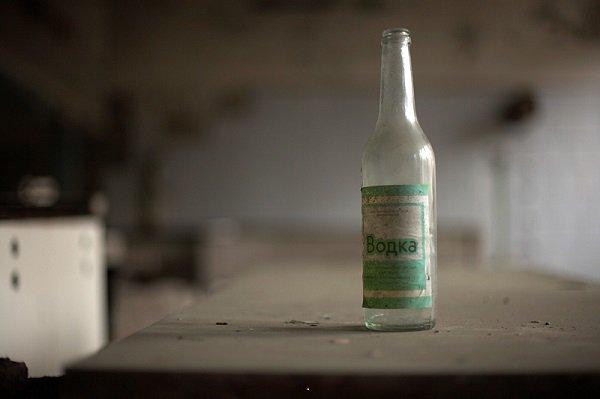 Запихивают бутылку в задний роход