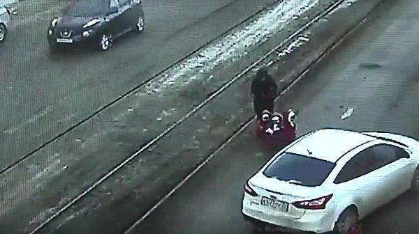 ВВолгограде шофёр приостановил движение, чтобы посодействовать матери стройней перейти дорогу