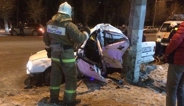 ВВолгограде Mercedes разорвало пополам после столкновения состолбом