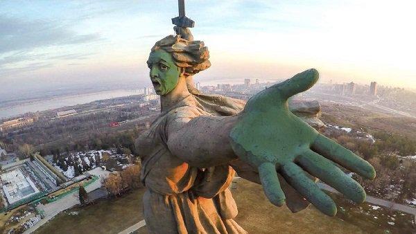 ВВолгограде протестующие под крики «Позор» полезли драться сНавальным
