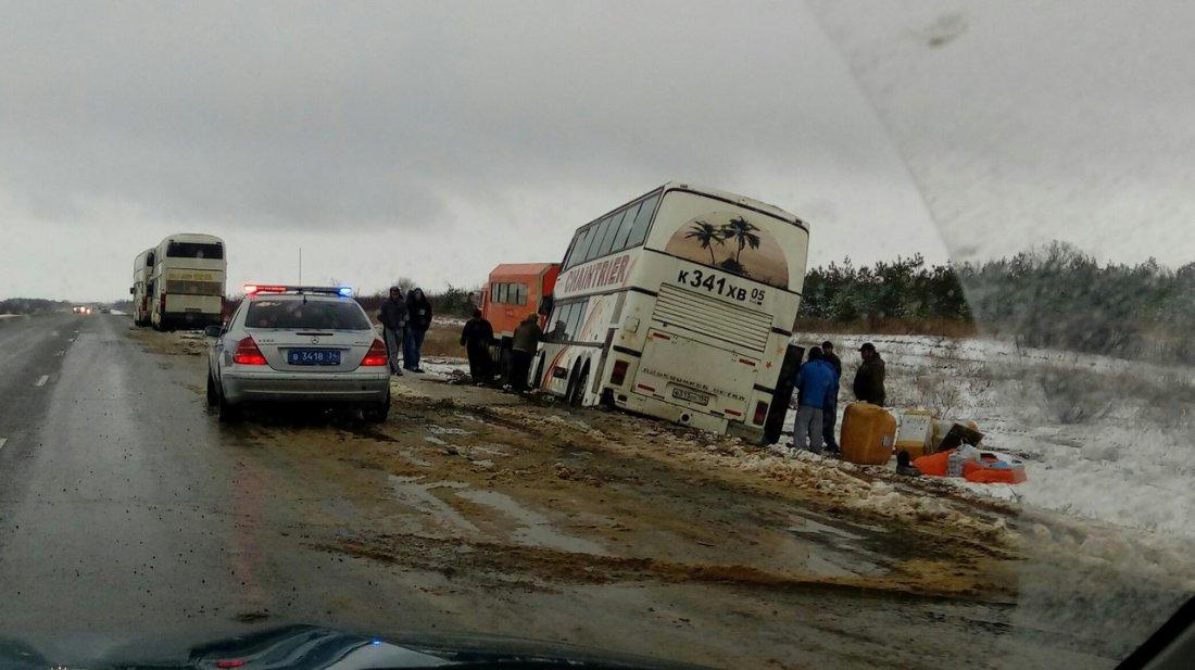 Под Волгоградом слетел с дороги пассажирский автобус