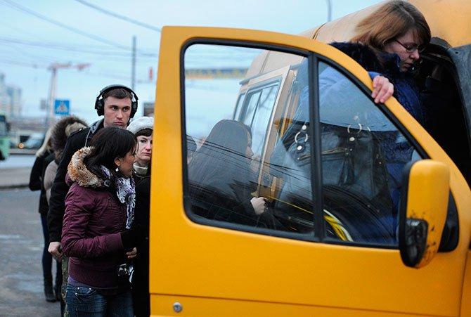 Астрахань: маршрутка несколько метров тащила подороге пассажирку