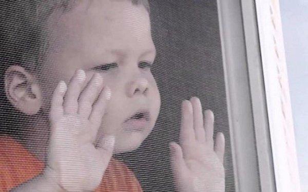 Двухлетний ребенок выпал с четвертого этажа вВолжском, оперевшись намоскитную сетку