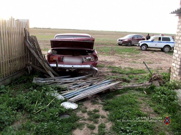 Гражданин Волгоградской области снес забор ииспортил автомобиль соседа