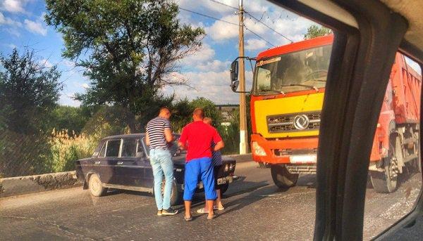 """На юге Волгограда автоледи на """"шестерке"""" влетела под грузовик"""