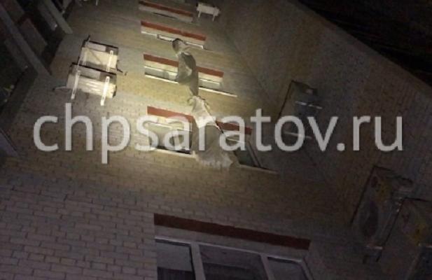 В Саратове пенсионерка разбилась при попытке спуститься с 5-го этажа по простыням