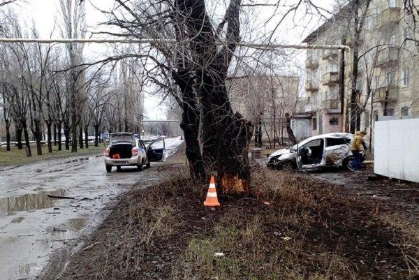 """Волжанин на """"Хендэ"""" в спешке на работу протаранил дерево"""